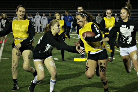 Seniors tackle final powderpuff game