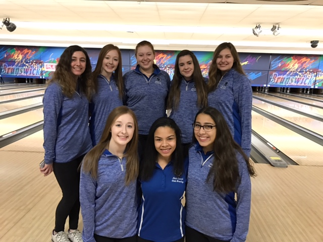 Girls+bowling+team+poses+at+regionals+after+qualifying+for+sectionals.