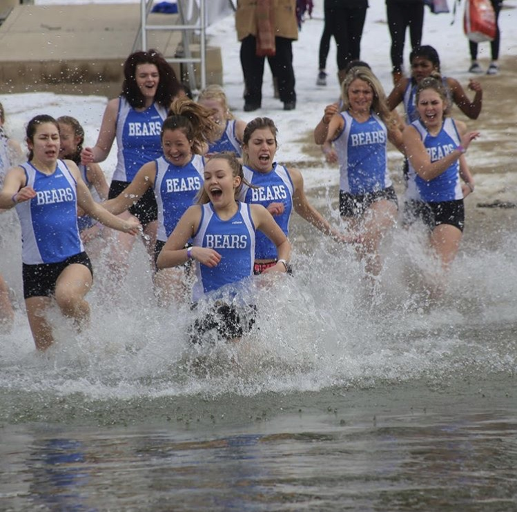 Athletes plunge into icy Lake Zurich; aim to support local cancer survivors